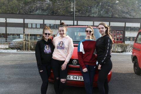 VANN: «Elevate» kan pryde seg med tittelen Sunnfjords meste traffiksikre russebil.  F.v.: Iselin Botnen, Hannah Sønnervik, Synneva Mjåtveit og Elise Haugen.