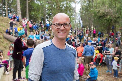STOLT: Atle Skrede er initiativtakaren bak dagsturhytte-prosjektet. Han seier rundt 600 møtte opp på opninga i Førde denne laurdagen, ifølge dei som haldt teljinga.