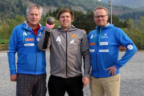 SOLID REKORD: Mathias Dale har sletta den tidlegare kretsrekorden i kulestøyt for 16-åringar. Støytet er også det fjerde lengste av nokon 16-åring i landet. Her er han flankert av Jørund Årdal og Ole Morten Mardal.