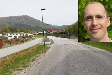 ØNSKER NY LOMME: Rune Tilseth er vara i Viebakkane sameige. Han har søkt om ny busslomme på høgre side (i høve bildet) av vegen.
