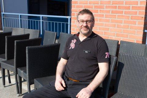 GJORT KLAR: På Peppes Pizza i Førde er utemøblane spylt, og uteserveringa skal vere klar i løpet av torsdag ettermiddag.
