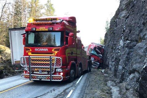 FASTKLEMT: Føraren av vogntoget sat fastklemt etter ulykka, og vart seinare sendt til sjkehus i Førde med luftambulanse.