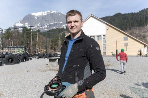 GLAD FOR GÅVER: Pål Anders Kårstad er fornøgd med gåvene frå lokale bedrifter og Trond Mohn. Bildet er frå ein dugnad for hallen i Bygstad i april i år.