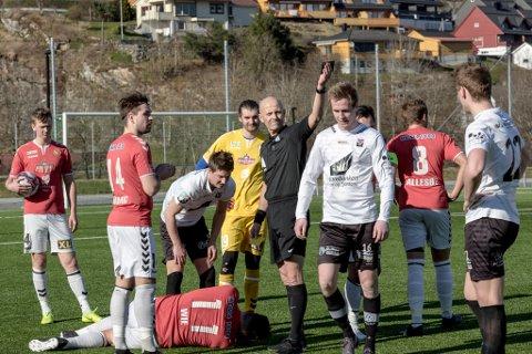 TEMPERATUR: Dommar Yngve Håkonsen (Fjøra FK) måtte opp med det gule kortet totalt åtte gongar i cupkampen mellom Førde og Stryn. Stryn gjekk til slutt vidare med 0-1 siger over heimelaget.