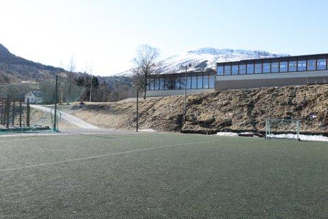 SKAL RIVAST:  Gymnastikkbygget (midt i bildet bakerst) skal rivast og blir erstatta med fleirbrukshall. Utbygginga vil ikkje få konsekvensar for klatreparken (t.v.) og kunstgrasbana.