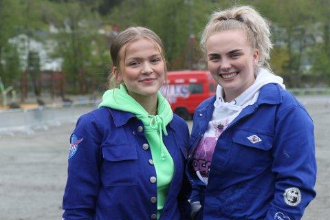 KNUTESJEFAR: Gjertine Sanne-Gundersen og Amalie Birkeland Kvellestad har laga årets russeknutar for Hafstad vgs.