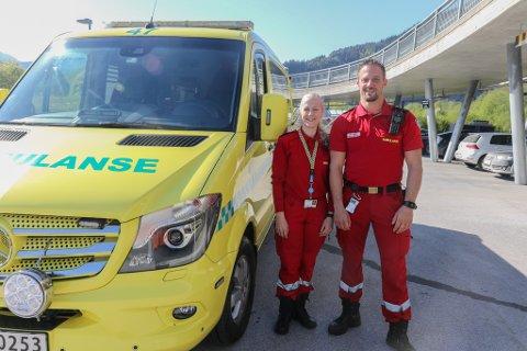 Fagforbundet meiner ambulansearbeidarane treng gode arbeidsforhold. Frå v. Trine Kongsvik Rømo  og Øyvind Aasen.