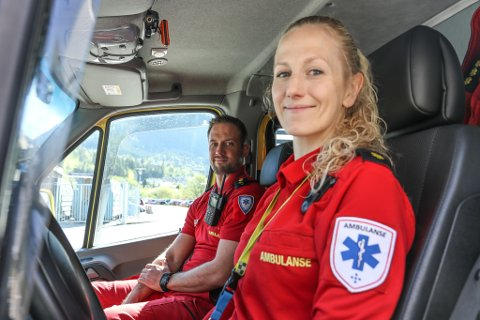 AMBULANSEARBEIDARAR: Øyvind Aasen (35) og Trine Kongsvik Rømo (31) likar at jobben som ambulansearbeidarar er så uføreseieleg. – Vi kan starte dagen med ein fødsel og avslutte den med eit hjarteinfarkt som kanskje ikkje går så bra, seier Aasen.