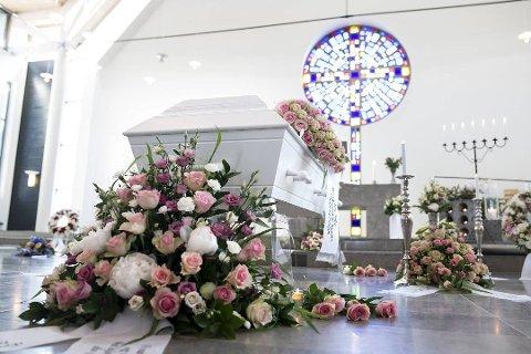 Birgitte Kallestad vart gravlagd frå Foldnes kyrkje på Sotra i Fjell kommune. Foto: Skjalg Ekeland (BA)