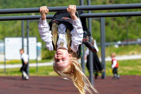 TURN: Frida Rønnestad Sviggum turnar i Tufteparken. Bildet er frå feiringa i Høyanger.