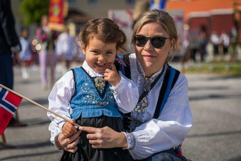 FEIRA: Nora og Ingrid Flaten feira 17. mai i Høyanger i fjor. No vil vi sjå bilda dine frå i år.