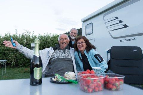 SOLSKINSHISTORIE: Ei solskinshistorie frå Førde. Bubil-gjestene Harald og Ann Marit Myhr og Arvid Lindås (bak) .