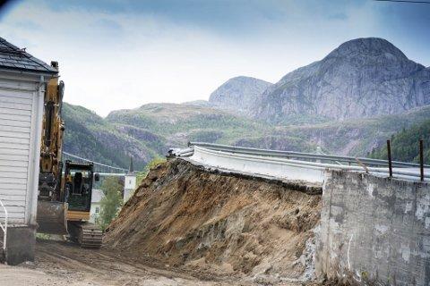 KRYSSET: Bygginga av krysset der Jarstadvegen og Fv. 57 møtast er allereie godt i gang.