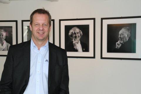 GLAD I FOLK: Arne Årseth, med bestefar frå Vevring, er glad i folk. Han har vore profesjonell fotograf sidan 1985.