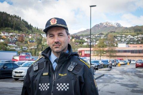 TRENG TIPS: Joachim Malterud, politioverbetjent ved Førde og Naustdal lensmannskontor, treng hjelp frå publikum. Torsdag føremiddag køyrde ei kvinne på ein parkert bil og stakk frå staden.