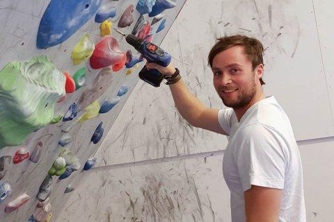 FØRDE TRENG BULDREVEGG: – Skal ein bli god til å klatre er ein avhengig av å bruke litt tid på buldring, seier Per Kristian Kongsvik som er sjef i Våtedalen Tindeklubb.