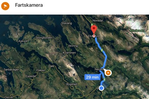 ORANSJE IKON: Har ruta du skal køyre fartsmålarar langs vegen, vil du sjå dei som oransje ikon i appen til Google Maps.