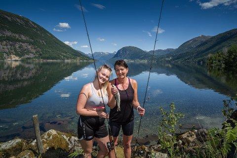 JØLSTER AUREFEST: Lillian Edal og Turi Sunde frå Førde hadde tatt turen under fjorårets festival.
