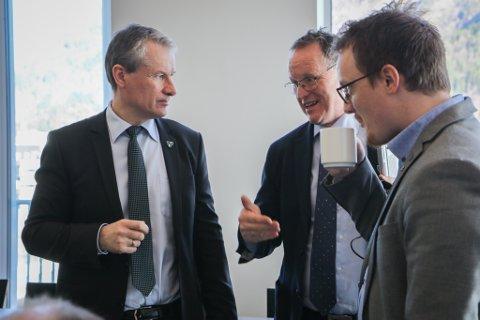 SUNNFJORD: Førde-ordførar Olve Grotle (t.v.), komande Sunnfjord-rådmann Ole John Østenstad og Naustdals Erlend Haugen Herstad kan notere seg at den nye storkommunen ligg an til kraftmillionar også frå SFE.