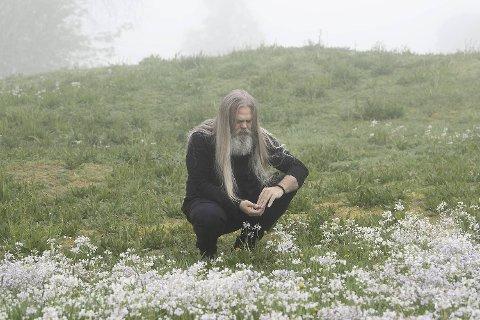 Stig Bareksten finner mange av bærene, urtene og blomstene han bruker i sine flasker – som i den populære Bareksten Botanical Gin. Den bergenske prisvinneren blir en av mange produkter under lørdagens Bergen Ginfestival i Grieghallen.