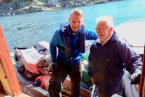TAKKAR: Bjarte Engevik takkar Jorunn Ravøy for innsatsen, etter at ho leverte 210 kilo plast som ho hadde plukka ved sjøbua si i Solund.
