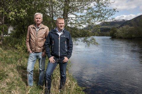 FISKE: Gunnar Risnes og Odd Arild Dale frå Førde Jakt- og fiskelag. Laget har kjøpt fiskerettane på den såkalla prestegardsona i Jølstra.