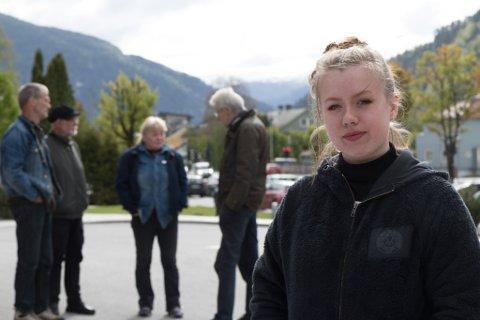 FÅ MØTTE: Frida Leknes var einaste unge demonstrant framfor Sunnfjord Hotell. Bak står f.v. Arne Underlid, Roar Gulbrandsen, Ellen Indrebø og Erik Solheim. Og etterpå kom Norvall Nøringset og Marit Bendz.