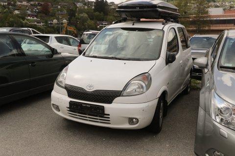 ER DU EIGAREN? I såfall må du kontakte kommunen, for denne bilen blir snart fjerna frå parkeringsplassen utanfor Venezia.