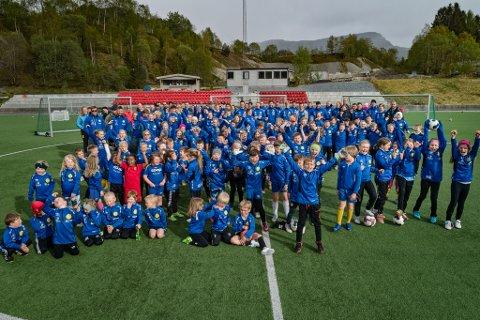 JUBEL: Fotballglade dalingar jublar for at dei skal få kaldhall til å spele fotball i.