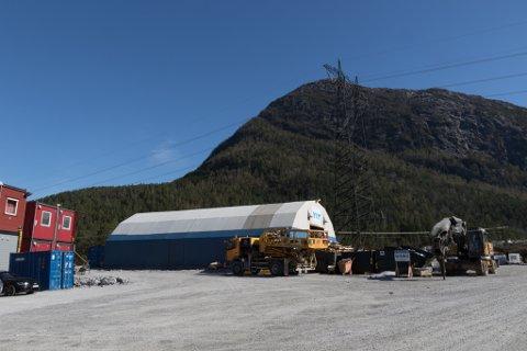 ULYKKE: Delar av fjellet losna i tunnelen som Jølstra Kraft DA bygger ved Moskog. Ein mann fekk ein stor stein over seg og skal ha blitt betydeleg skadd.