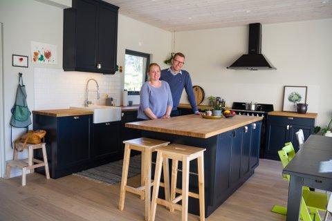 SAMLINGSPLASS: Kjøkkenet er eit av dei viktigste romma i huset. Paret ønskjer at det skal vere ein samlingsplass for heile familien. – Vi hadde ein del diskusjonar om skapplass, seier Ole André og ler.