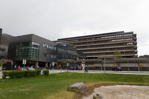 SENTRALSJUKEHUSET: Sjukehuset i Førde har blitt påbygd fleire gonger, og ei ny, stor utviding er i gang. No får alle delane av komplekset nye namn.