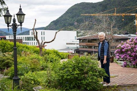 MISTAR HAGEN: Åsfrid Gunnvor Hafstad Elvetun bur i Lysthaugen 3. Ho risikerer å miste hus og hage dersom det blir bygd parkeringshus i Fjellvegen 14–16.