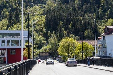 HER? Innkøyring blir ei av dei store utfordringane med parkering i fjellhall. Eitt alternativ er rett fram frå Langebruvegen, eit anna er innkøyring frå parkeringskjellar i sentrum sør. No vil politikarane har moglegheitene på bordet.