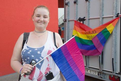 HAR HØYRT SKREKKHISTORIER: Emily Vik fortel at ho var litt skeptisk til om ho skulle delta i Pride-paraden. – Eg har høyrt ein del skrekkhistorier frå større Pride-paradar rundt om. No har ho fått bekrefta at det er trygt i Førde, og gler seg til laurdagens fest.