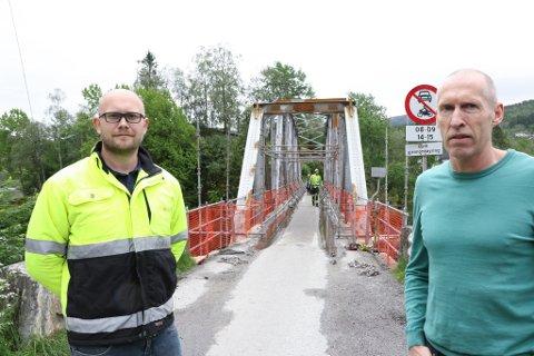 KAN REDDAST: Kai Sevik i firmaet  Safe Control (t.v.) har vurdet skadeomfanget på den snart 100 år gamle brua.  T.h. Harald Andreas Holmefjord som skal utarbeide planane .