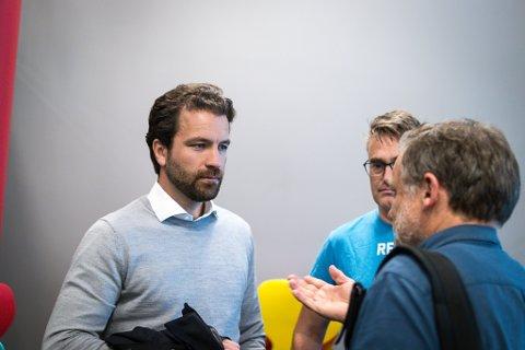 HAR TRUA: Tore Viana-Rønningen, dagleg leiar i Arctic Mineral Resources, har framleis tru på å slå Nordic Mining på oppløpssida. Her i samtale med Åsmund Berthelsen (SV) og Marius Langballe Dalin (MDG).