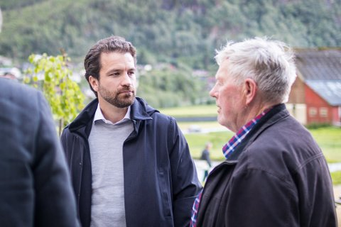KLAGAR: Tore Viana-Rønningen, dagleg leiar i Arctic Mineral Resources, meiner driftsløyvet til Nordic Rutile er feil og klagar vedtaket til departementet. Her i samtale med Helge Leif Nordvik.