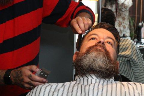 Eirik Villand gir frisør Marius Bjørkeskaug frie tøyler når han sit hår- og skjeggmodell hos Hair é Vi.