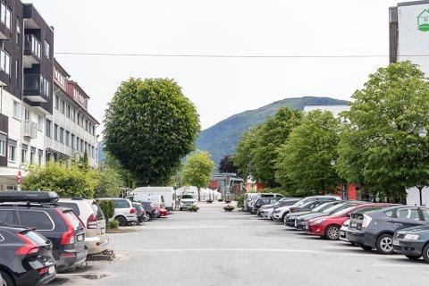 PARKERING: I Førde Sør har det no kome fram ein ny idé, parkeringsvakter! Du verda, er den ideen ny då? spør artikkelforfattaren.