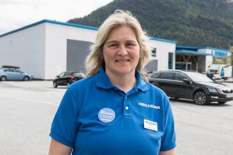 PROBLEM: – Vi opplever titt og ofte at det kjem bubilar og campar her, seier Sissel Helen Flåm, varehussjef hos Biltema i Førde.