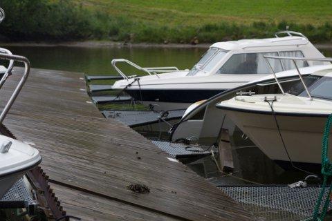 Eit naturfenomen laurdag kveld/natt til sønda førte til at innerste piren i Førde båthamn blei øydelagt, i tillegg til at ein båt kvelva
