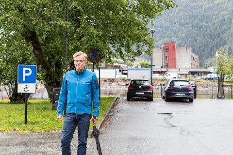PARKERINGSKRØLL: Då Arve Seger og Firda er i sentrum sør for å ta bilde, er det ikkje mogleg å finne ein einaste ledig parkeringsplass. Det er også fullt heile vegen langs elva og fram igjen på parkeringsplassen, og det var mange som hadde fått bot om Førde hadde parkeringsvakt.