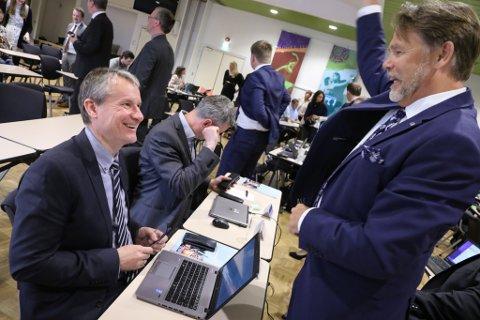 POLITISK HEALING? Olve Grotles ord såg i alle fall ut til å vekke begeistring hos partifellen Bjørn Hollevik (t.h.)