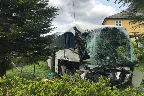 BUSSEN: Ein turistbuss med 20 kinesiske passasjerar køyrde først inn i ein hjullastar, og hamna deretter utfor vegen, og inn i ein hage.