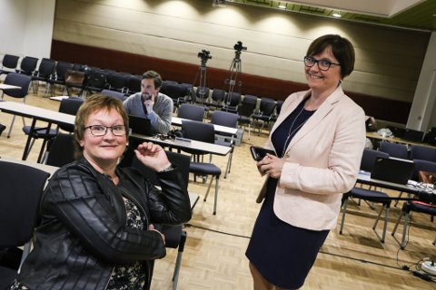 GOD DAG I TINGET: – Dette bruvedtaket blir sett veldig pris på, sa Gunn Åmdal Mongstad (t.h.), her i samtale med fylkesdirektør Dina Lefdal under ein pause i fylkestingseta.