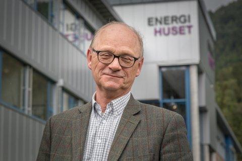 GIR SEG: Han har vore administrerande direktør i 11 år. No Fredrik Behrens i Sunnfjord Energi av.