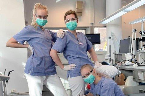 STUDENTAR: Dei tre jentene går no andre året på bachelorgraden i tannpleie. Som tannpleiar gjer ein mykje førebyggande arbeid. – Vi er dei du møter først. Frå venstre: Malene Sævareid, Jessica Fiskaa og Victoria Sjåstad.