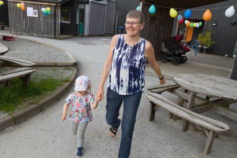 TRIVST: Hilde Rossnes gler seg til å gå på jobb, sjølv etter 34 år på same stad. Her saman med Ida Bruland Hansen