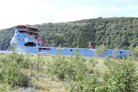 BYGD I TYRKIA: Skroget vart bygd i Tyrkia og slept til Bjørvikstranda. Der har det lege i mange år.